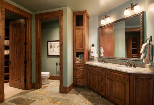 Style maison de campagne rustique : placage d'acajou marron pour les portes et les meubles de salle de bain