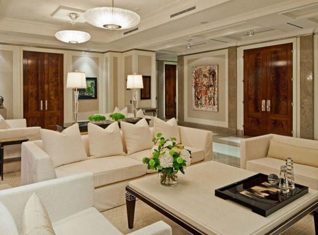 Les portes du salon en palissandre Santos ont une surface parfaitement lisse, une teinte rouge et un énorme motif caractéristique.