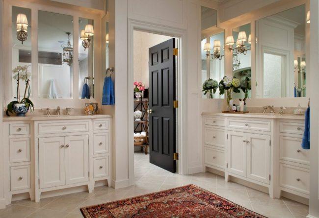 Des portes sombres comme couleur d'accent dans une salle de bain moderne