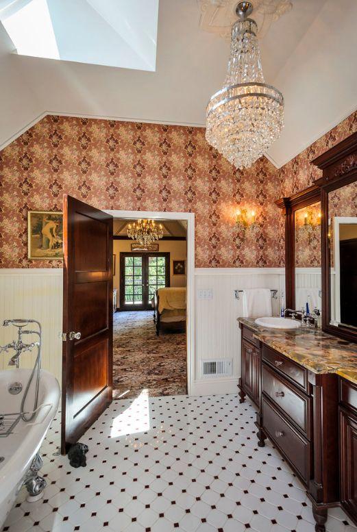 Les pièces claires et les portes sombres sont la combinaison de couleurs la plus courante dans la décoration de la salle de bain.