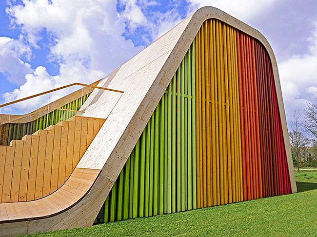 La façade est décorée de planches de bois multicolores