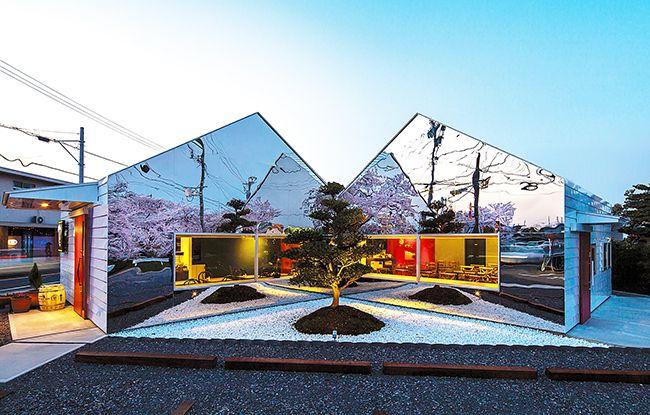 Magnifique décoration de la façade de la maison faite de panneaux miroirs