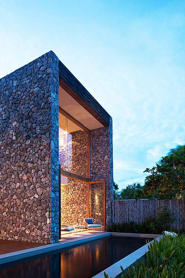 La finition de la façade d'une maison sous une pierre est la plus populaire et augmente avec succès le statut du propriétaire