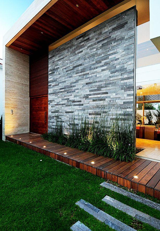 Un mur de pierre marbrière donne un aspect solide au bâtiment