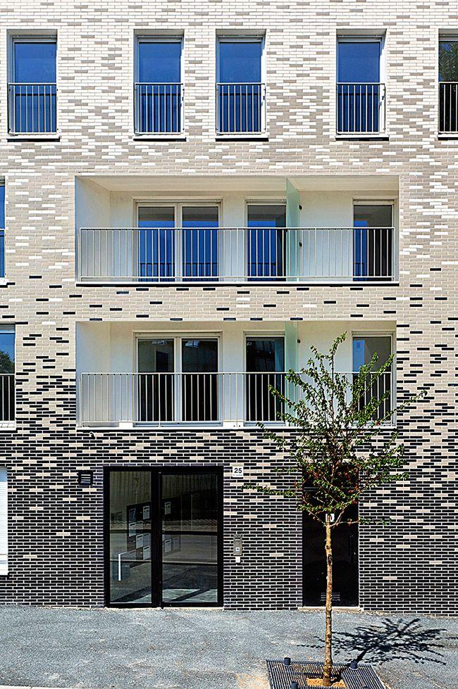 Les murs d'une maison en briques de parement ne chauffent pas à la chaleur et restent au chaud en hiver lorsque le gel crépite