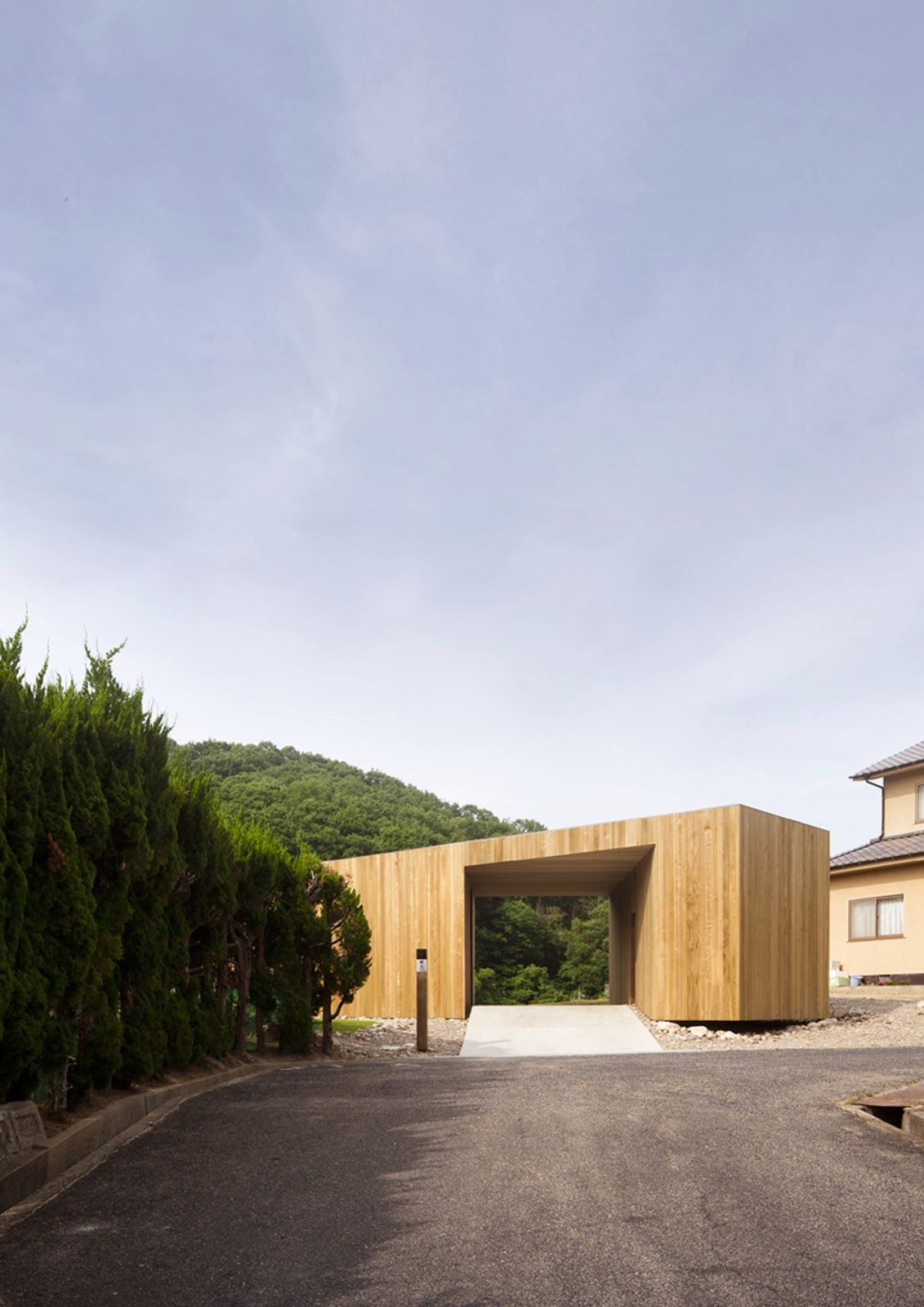 Auvent en bois visuellement monolithique