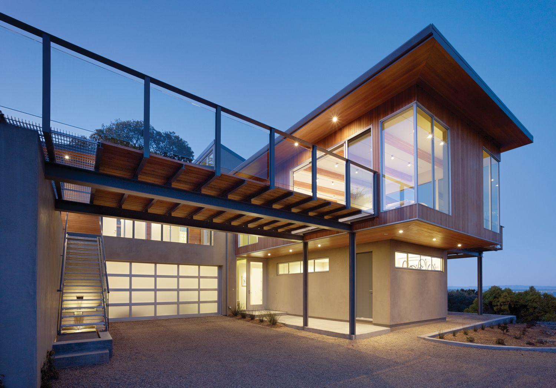 Un auvent constitué d'une charpente métallique avec un toit équipé pour une terrasse