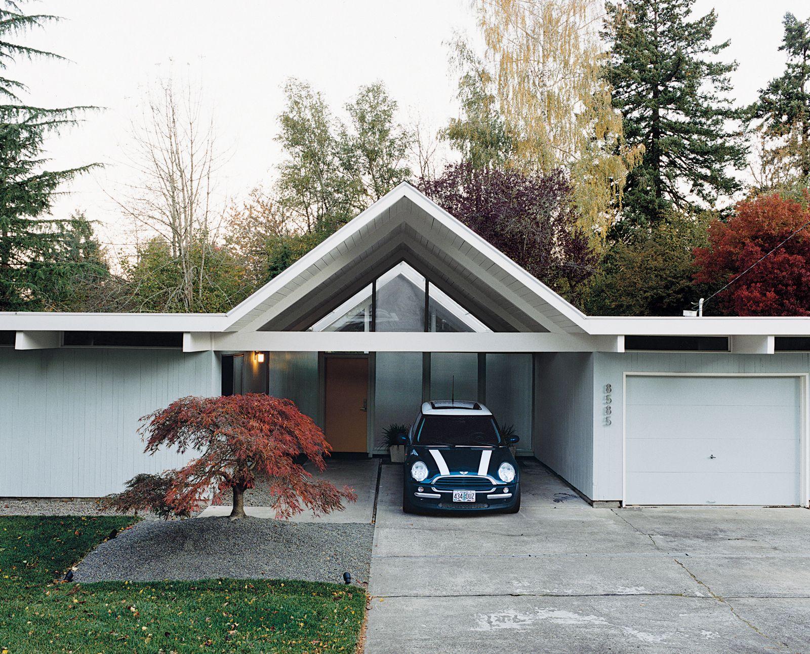 Carport construit entre garage et buanderie