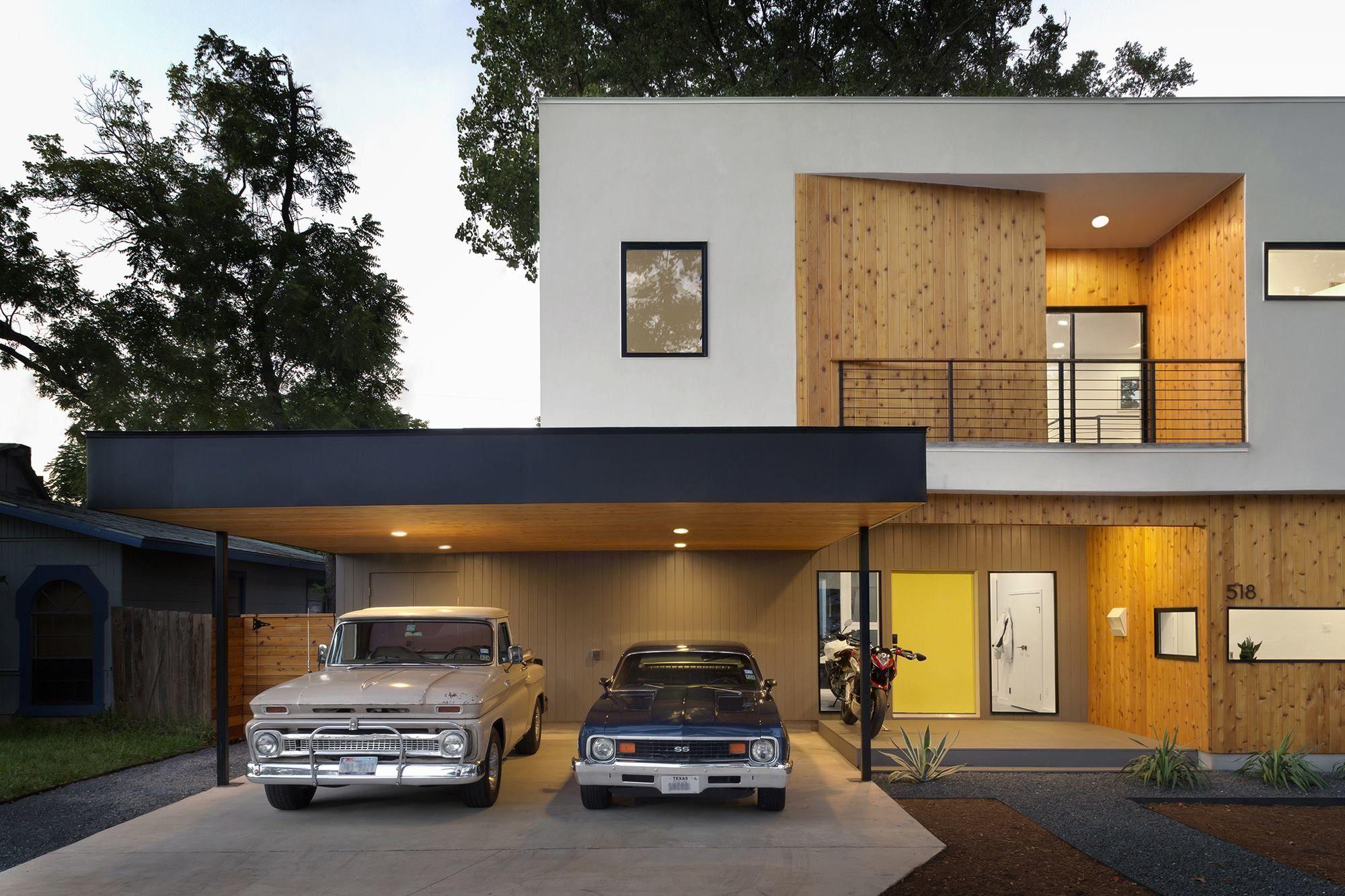 Abri d'auto pour deux voitures attaché à une maison à deux étages
