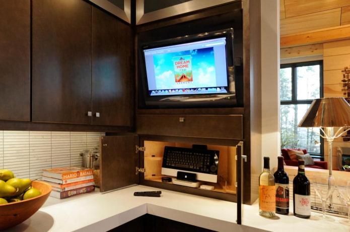 TV dans le casque dans la cuisine