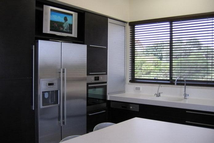 TV sur le réfrigérateur dans la cuisine