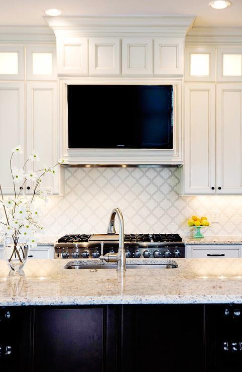 TV sur la hotte dans la cuisine