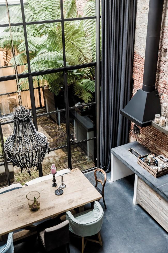 Rideau à deux niveaux dans une cuisine de style loft panoramique