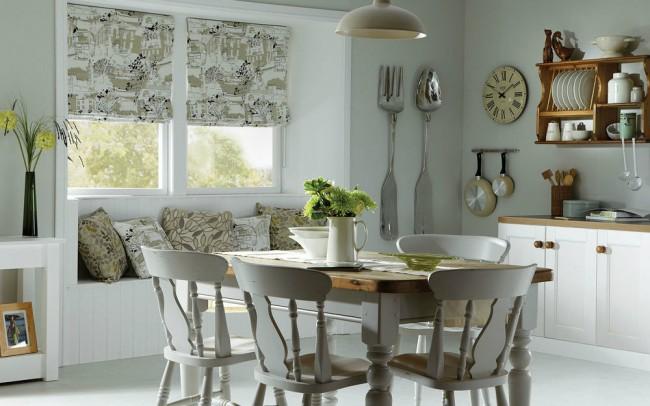 Un rideau qui ne laisse pas entrer la lumière naturelle convient à une cuisine avec des fenêtres donnant sur le côté ensoleillé