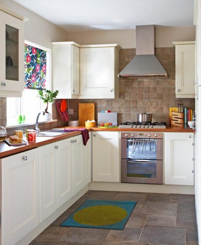 Rideau court coloré dans une cuisine de style campagnard