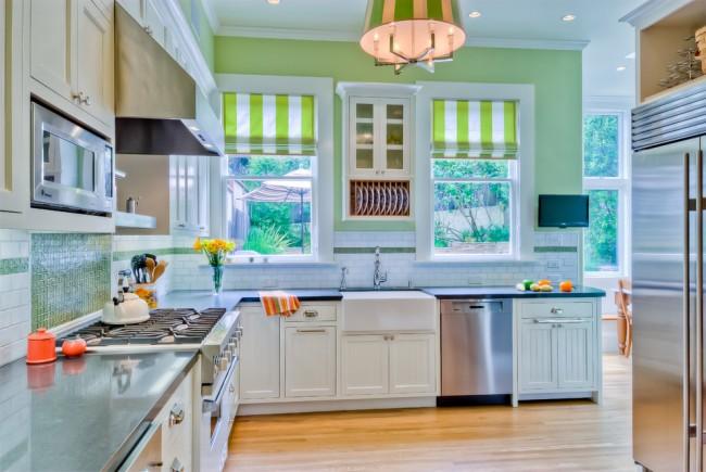 Rideaux à rayures lumineuses dans une petite cuisine