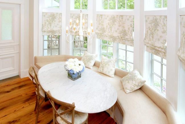 Rideau de style provençal et coussins dans la salle à manger en un seul matériau