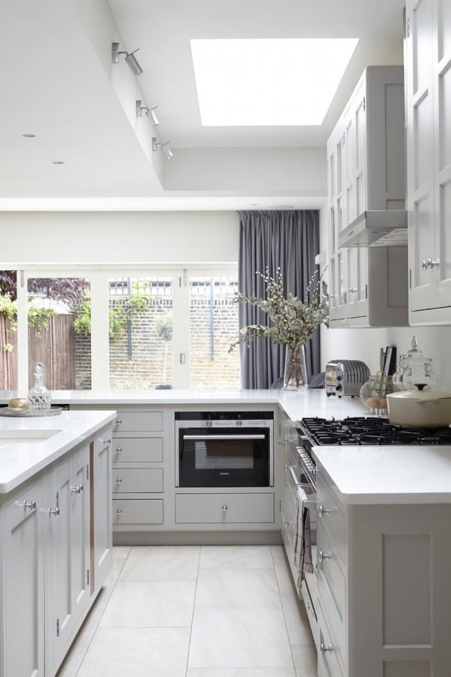 Un rideau sombre et dense pour une cuisine avec beaucoup de fenêtres