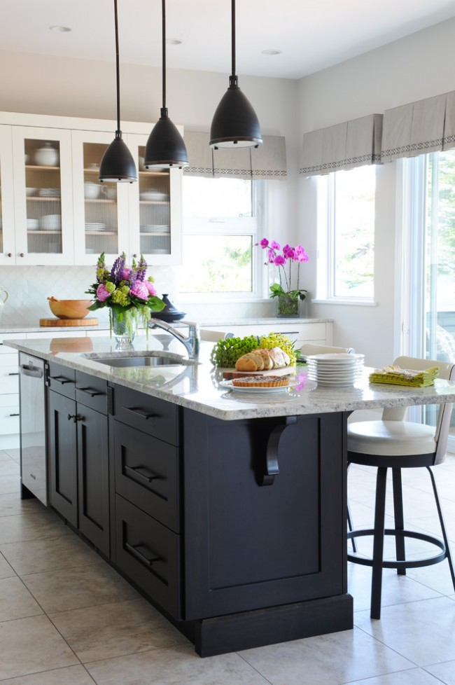 Rideau court en lin dans une cuisine classique