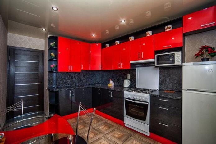 Cuisine rouge et noire avec porte sombre