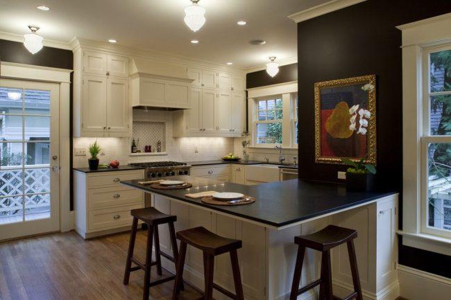 Contraste dans une cuisine classique : une combinaison de blanc et de noir