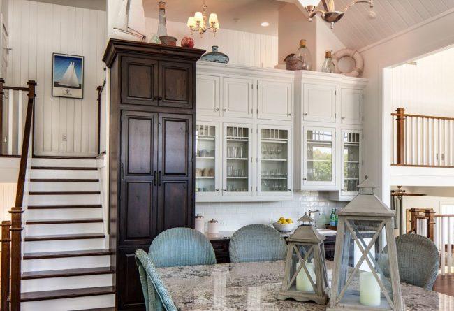 Les armoires de cuisine sont en pin et les comptoirs en granit sont des matériaux naturels dans la conception d'une cuisine classique