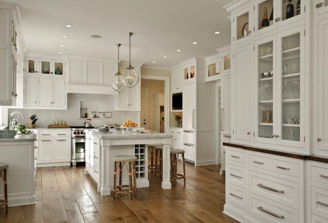Un grand look d'une cuisine traditionnelle avec un ensemble de cuisine blanc combiné avec des éléments en bois