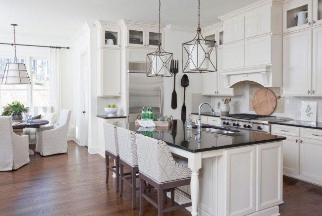 L'exigence satisfaite du style classique de la cuisine : l'absence de compositions prétentieuses.  Fonctionnalité dans la conception originale des sources lumineuses et de l'élément sur le thème du mur