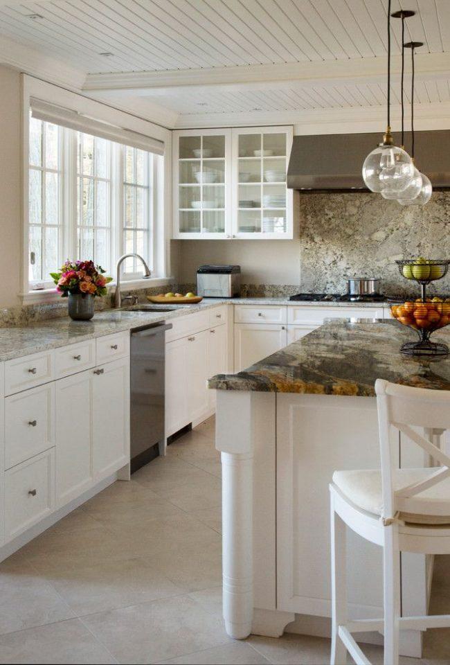 Granit pittoresque dans les comptoirs de cuisine classiques avec des meubles en bois blanc