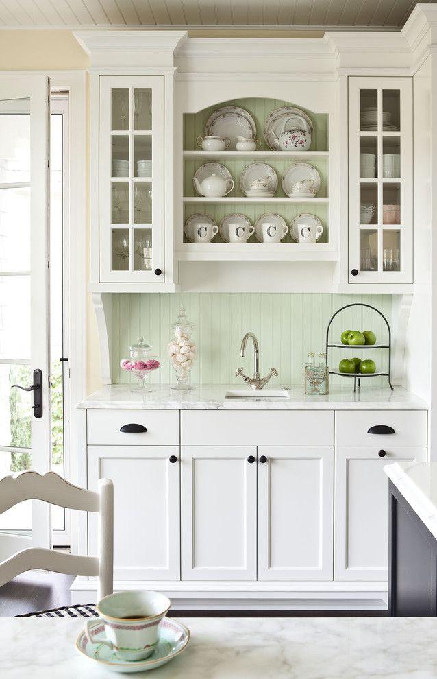 Légèreté, tendresse et romantisme dans la décoration intérieure d'une cuisine classique blanche avec des tons pastel supplémentaires dans la décoration