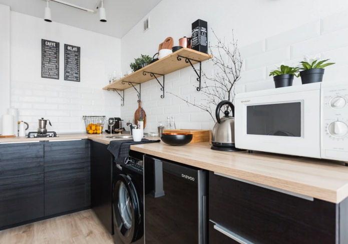 Ensemble noir dans la cuisine dans le style scandinave