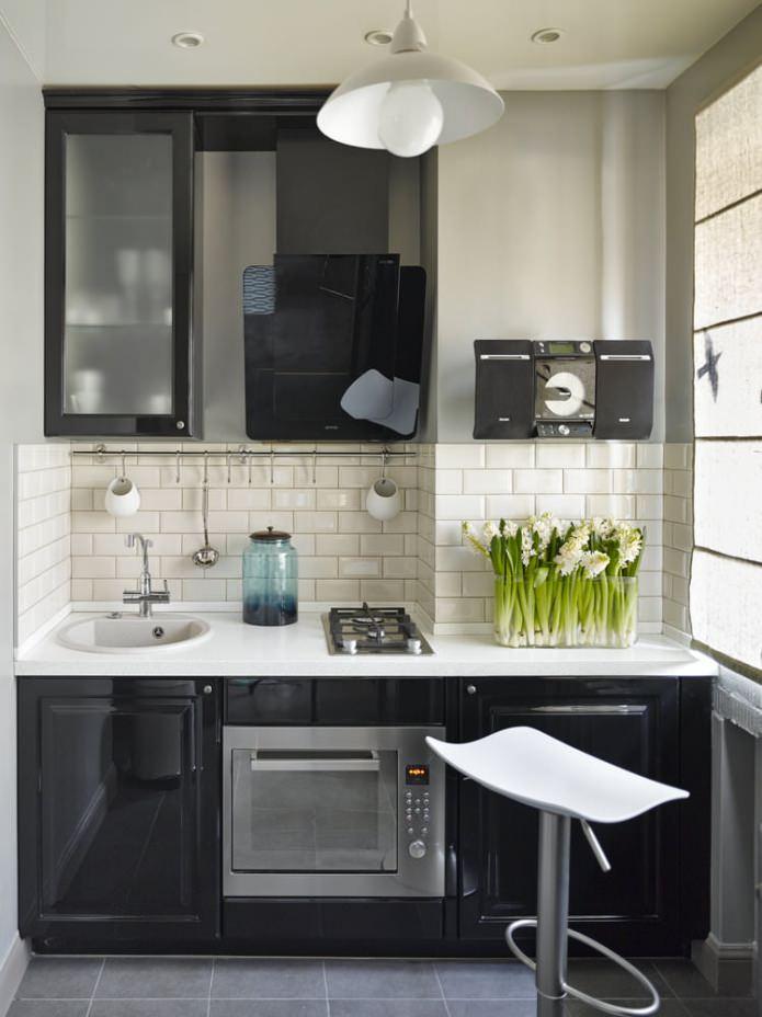Conception d'une petite cuisine avec un casque noir