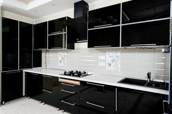 casque noir brillant dans le style du minimalisme
