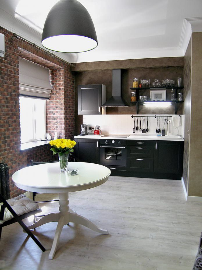 ensemble noir à l'intérieur d'une petite cuisine