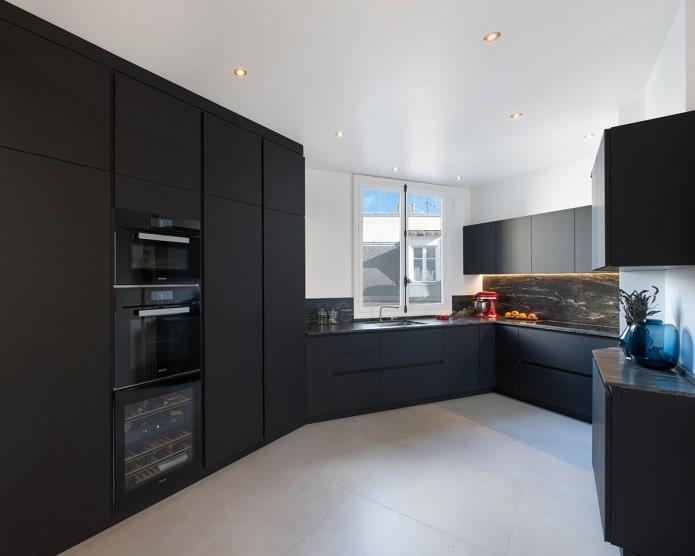 conception de cuisine avec un casque noir dans le style du minimalisme