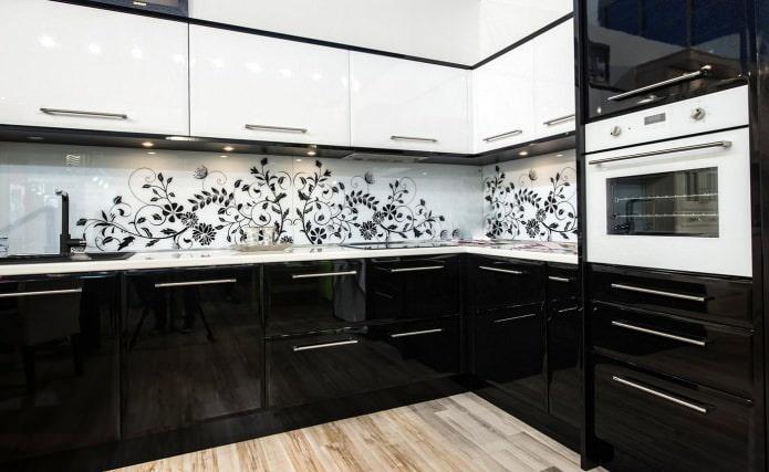 Casque noir et blanc avec un motif sur le tablier
