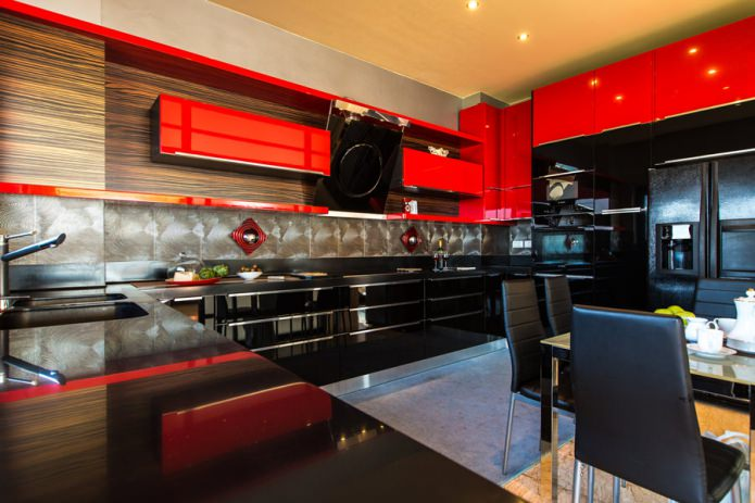 Ensemble noir et rouge à l'intérieur de la cuisine dans un style moderne