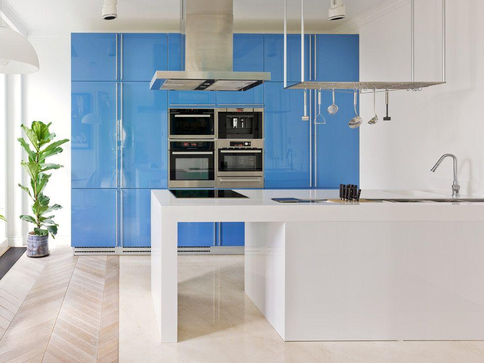 Cuisine moderne avec une façade bleue et un îlot blanc