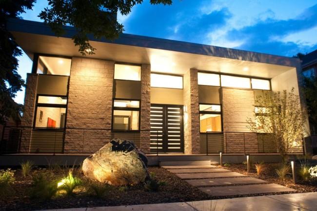 Une belle porte d'entrée en acier mettra en valeur le style de votre maison
