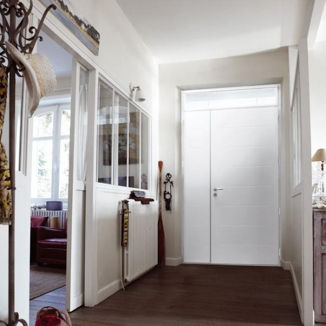 Appartement confortable avec porte en métal blanc