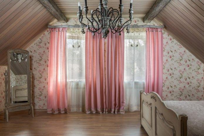 rideaux roses dans une maison de campagne