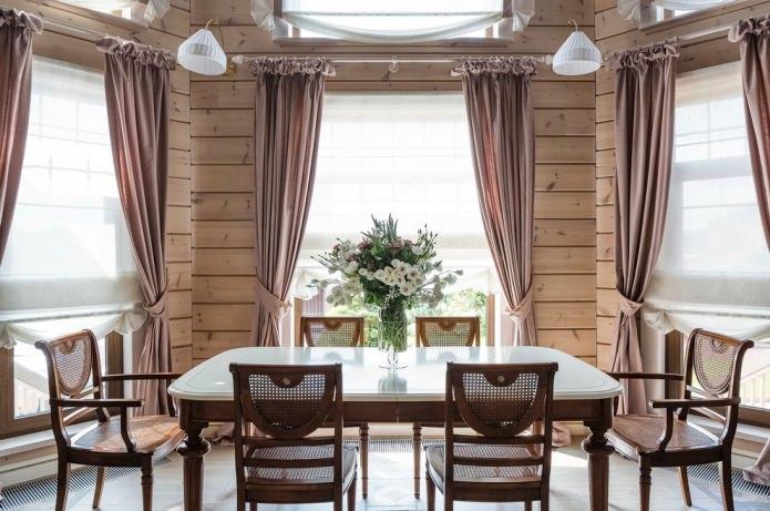 décoration de la salle à manger avec rideaux dans la maison