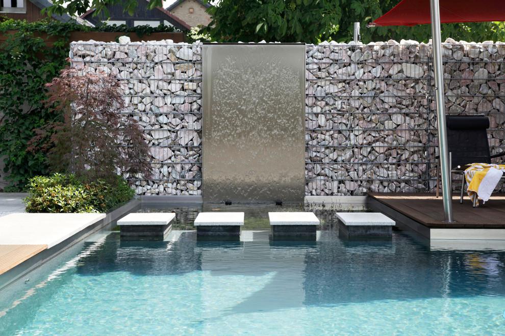 Les clôtures en gabions remplissent avec succès la fonction de protéger une parcelle personnelle des regards indiscrets, elles peuvent également être utilisées comme supports pour des structures décoratives - fontaines, etc.