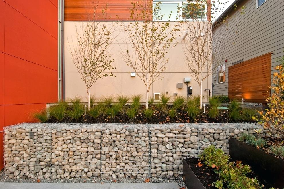Pour les pelouses à plusieurs niveaux et les grands parterres de fleurs, les supports en gabions sont indispensables