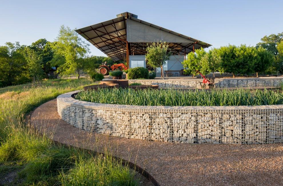 Les structures basses en gabions servent avec succès de clôture pour les parterres de fleurs et les pelouses