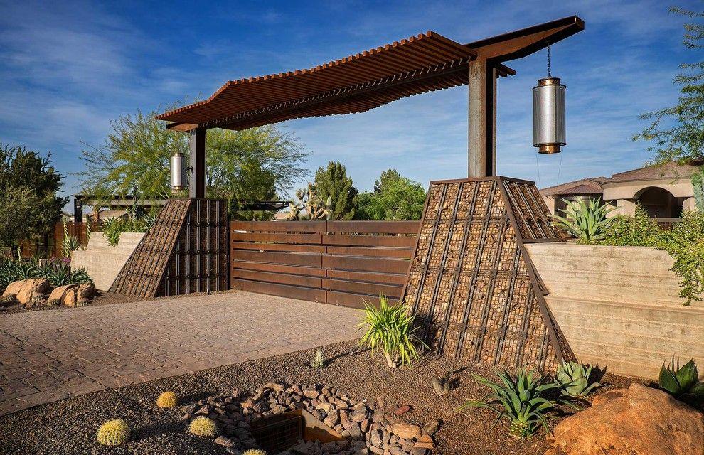 Les gabions en pente peuvent être décoratifs ou peuvent être utilisés pour la construction d'un petit barrage