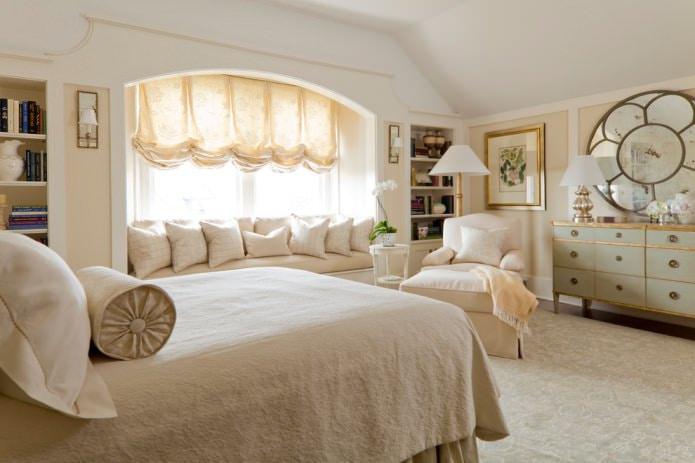 rideaux français beiges dans la chambre