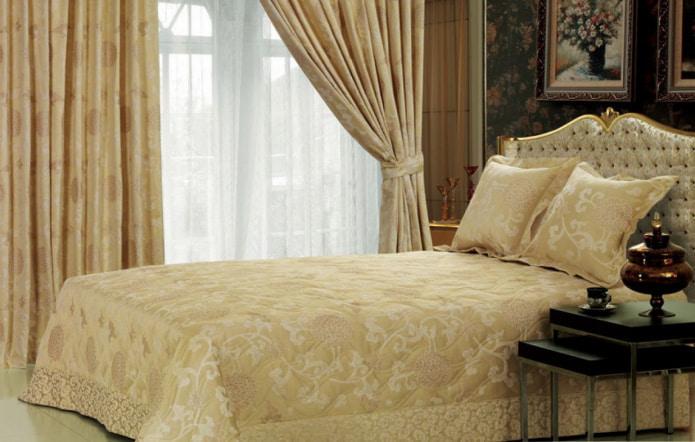 rideaux en satin assortis avec un couvre-lit