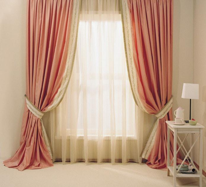 rideau beige avec des rideaux roses
