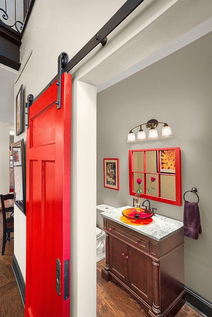 Les principales caractéristiques des portes de toilettes et de salle de bain sont la praticité, l'harmonie avec la conception globale, la facilité d'entretien, la durabilité